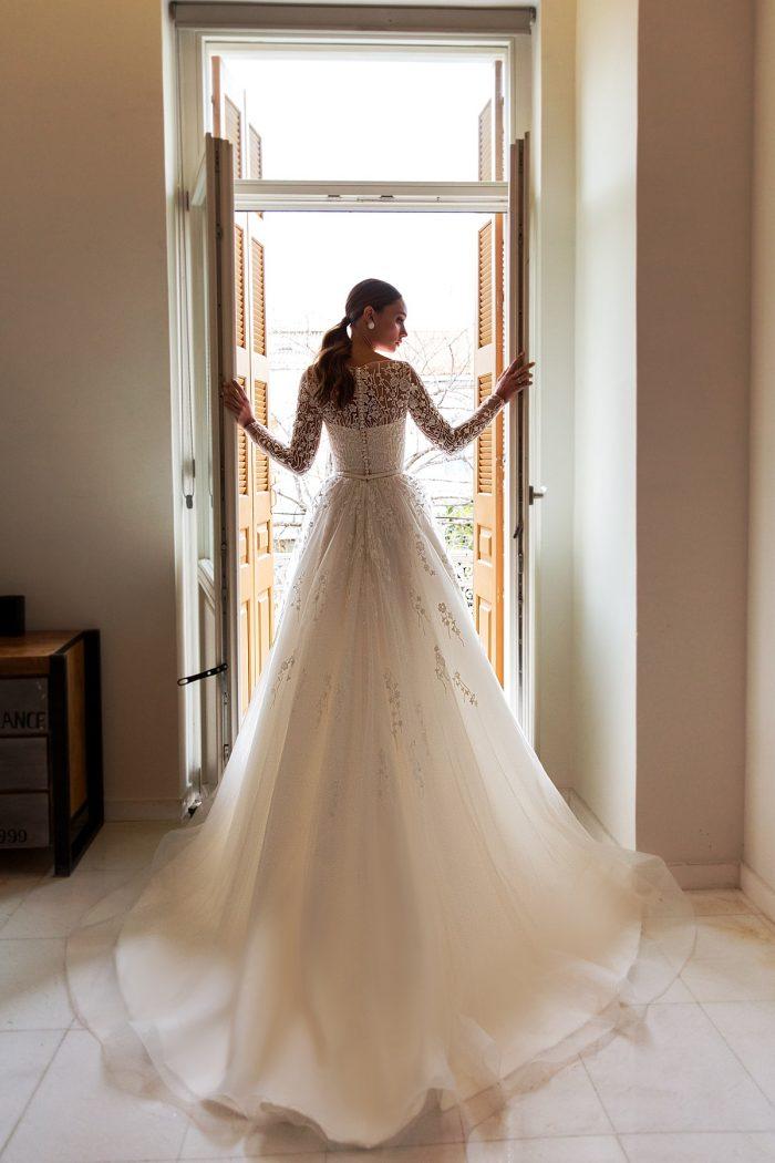 свадебное платье с красивым длинным шлейфом Roksanny