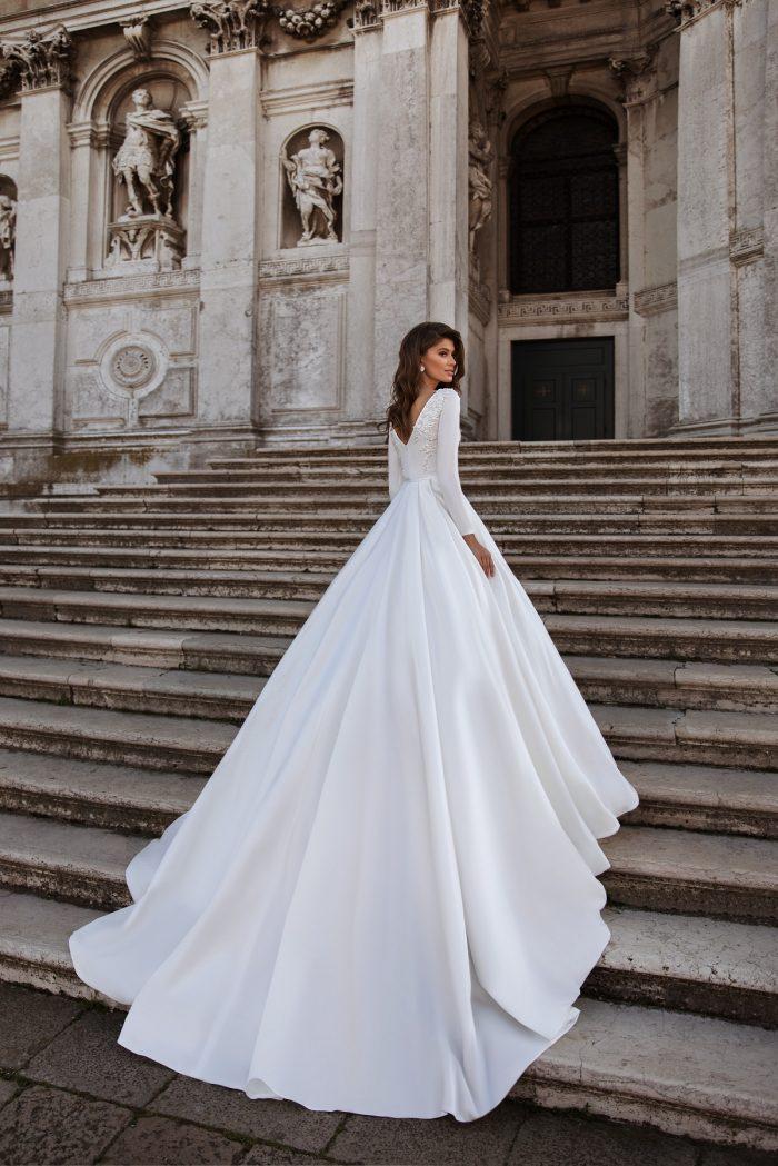 атласное свадебное платье со шлейфом