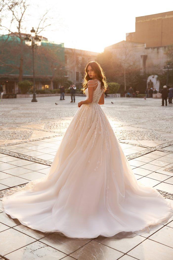 пудровое свадебное платье со шлейфом
