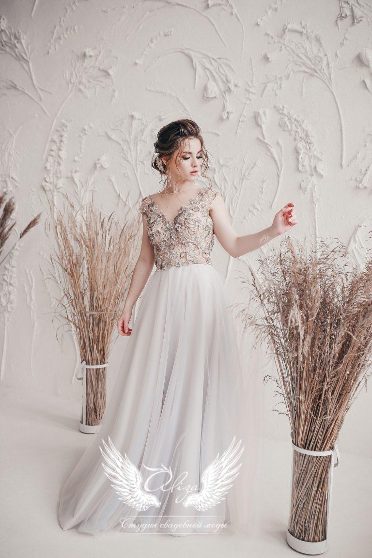 вечернее платье в пол бежевого цвета