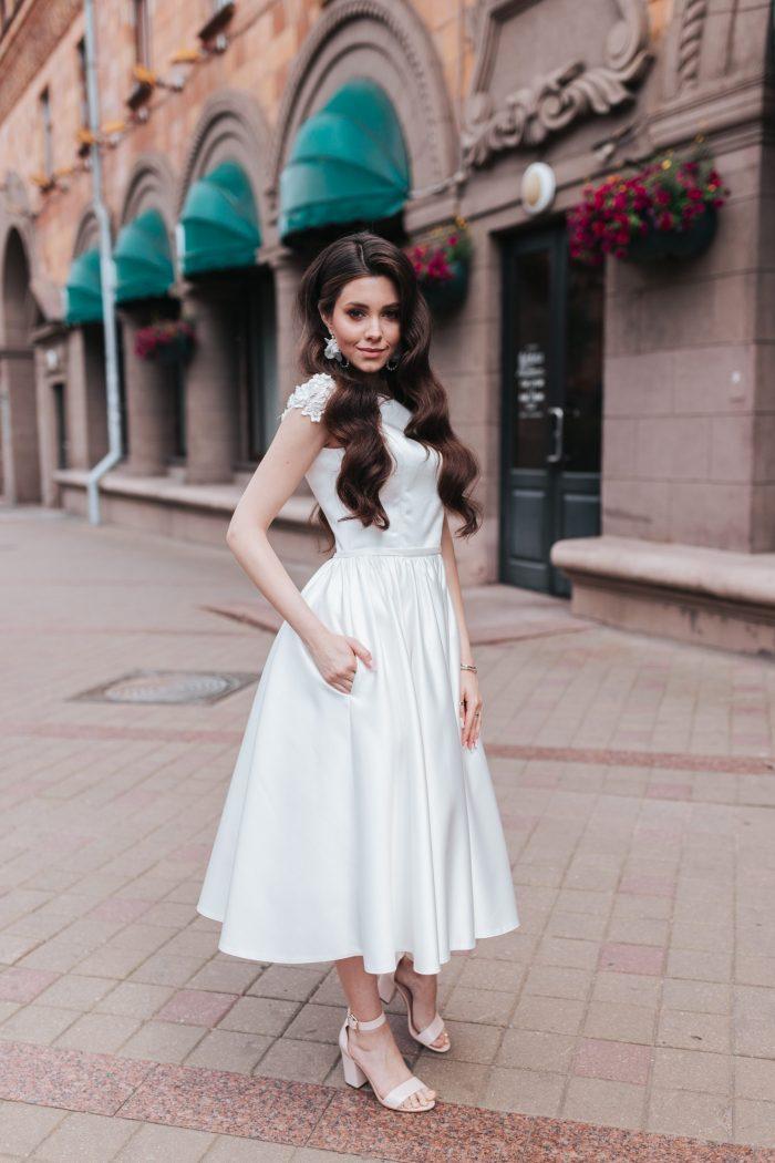 короткое атласное платье