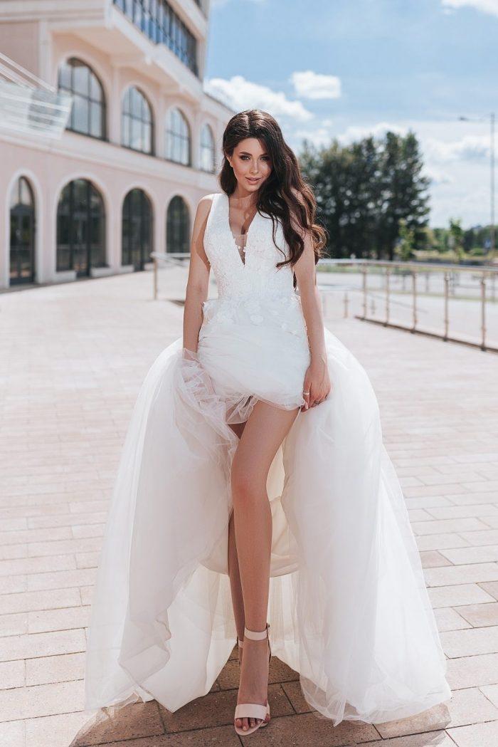 свадебное платье молочного цвета со шлейфом