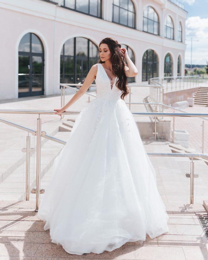 свадебное платье с в образным вырезом