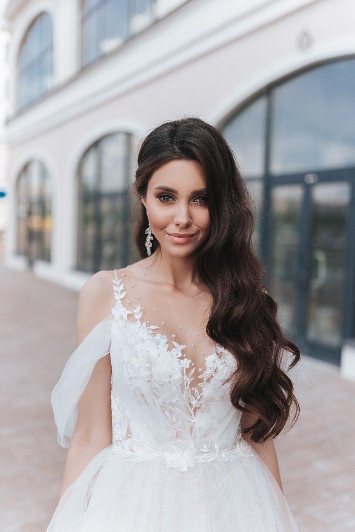 пышное свадебное платье с кружевным декольте