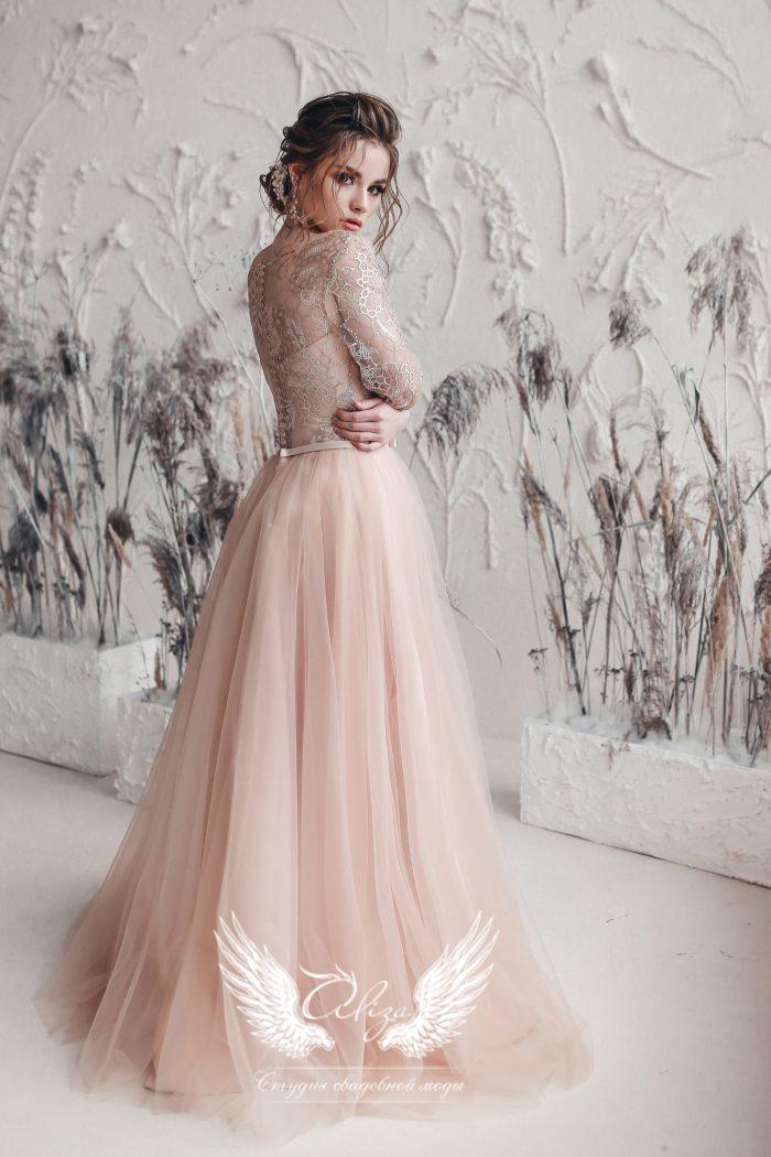 красивое вечернее платье в пол бежевого цвета