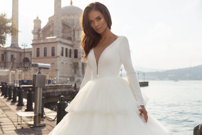 свадебное платье с пышной ярусной юбкой
