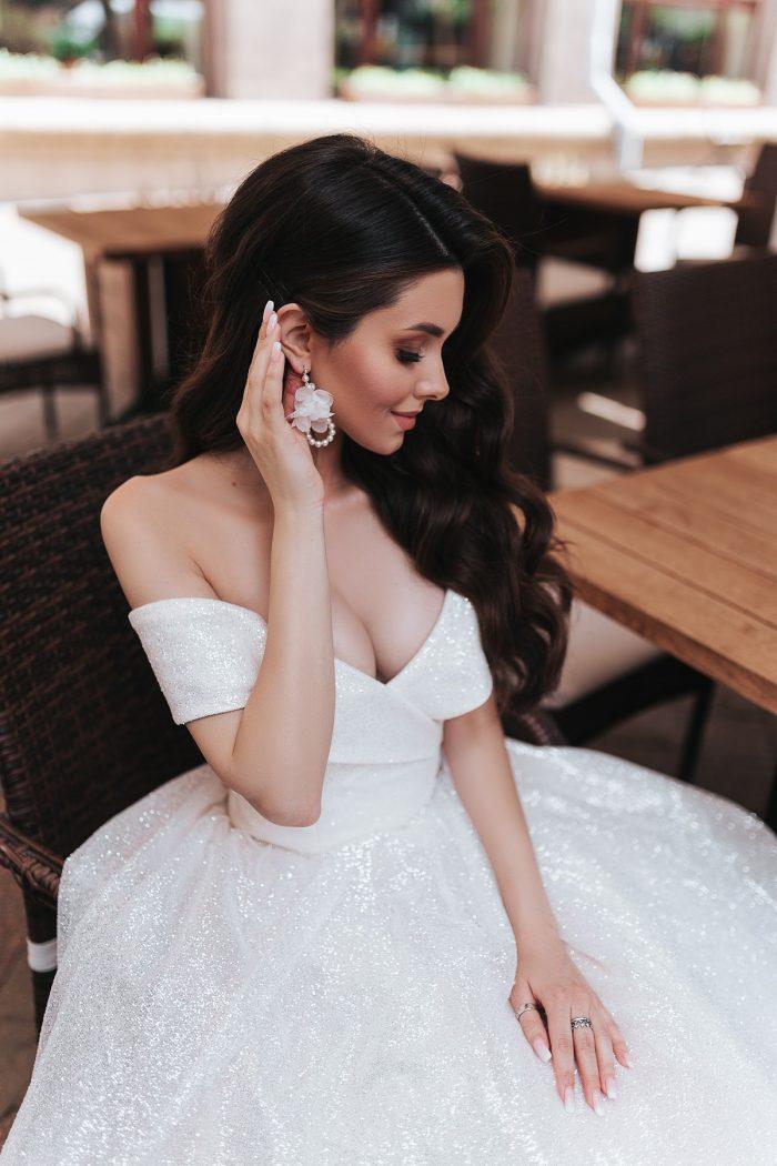 блестящее пышное свадебное платье со спущенными плечами