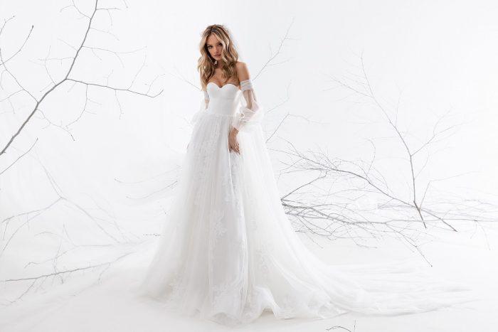 открытое свадебное платье с нежными рукавами