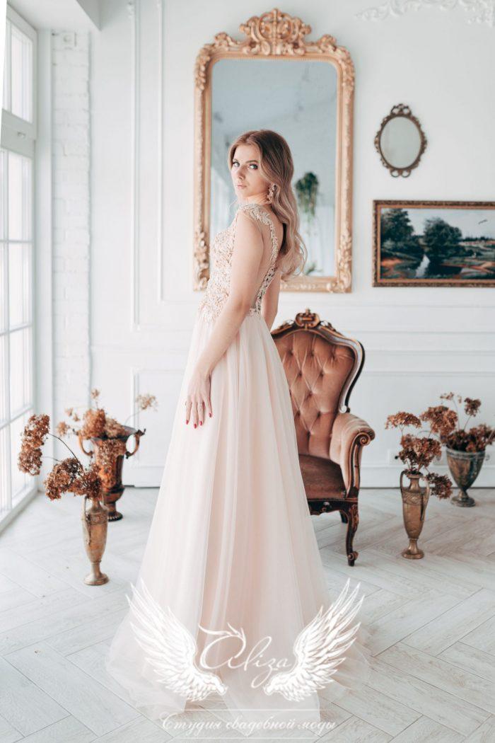 вечернее платье в пол светлого цвета