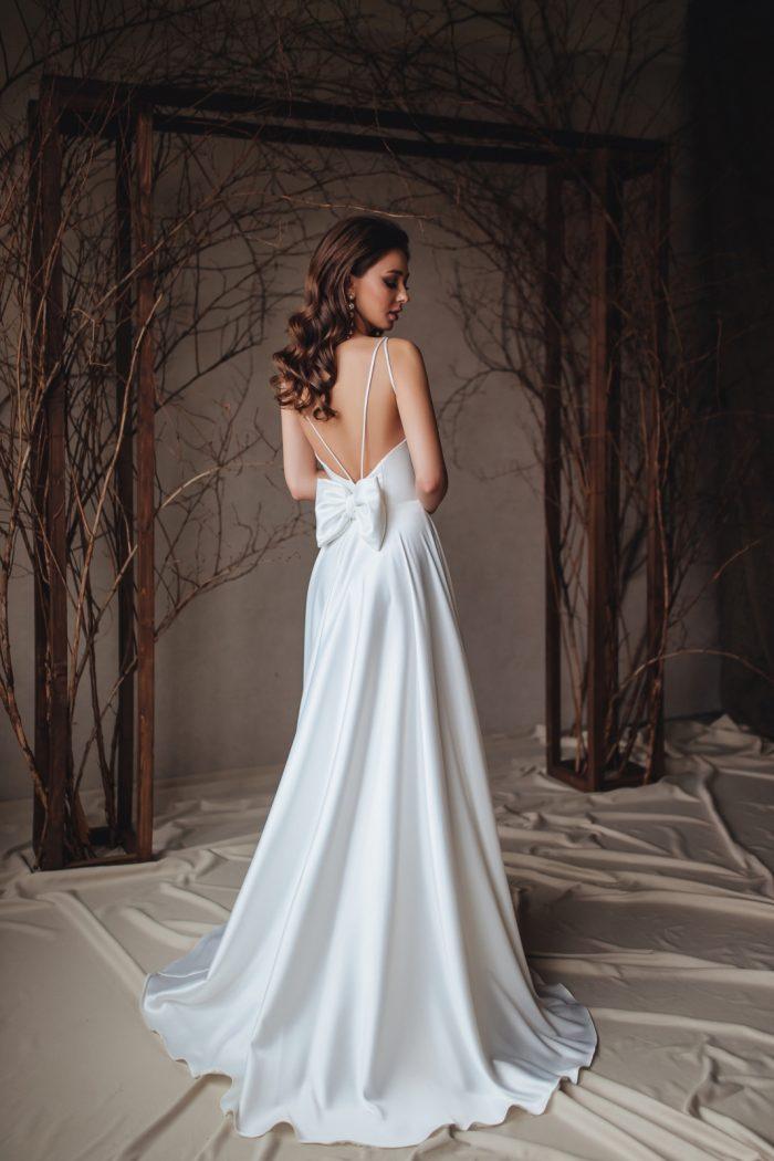 Свадебное платье с открытой спиной в стиле минимализм