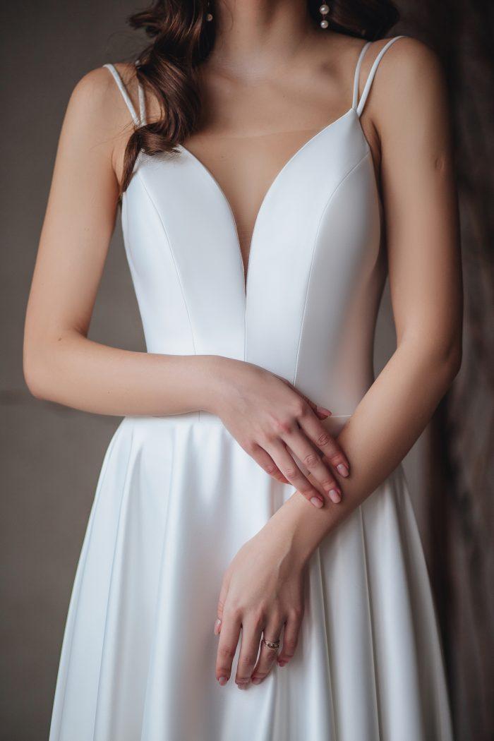 Минималистичное свадебное платье из атласа