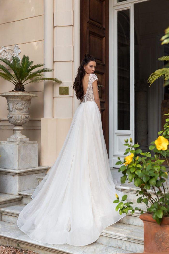 свадебное платье с нежным кружевом и лёгкой юбкой