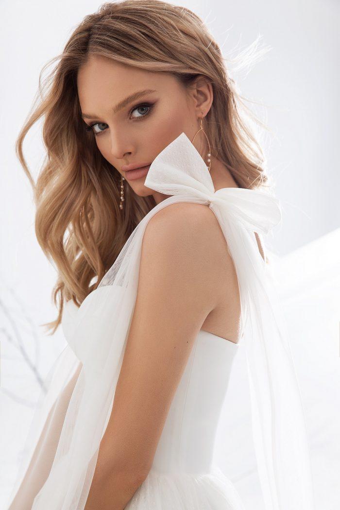 свадебное платье молочного цвета со спущенными плечами