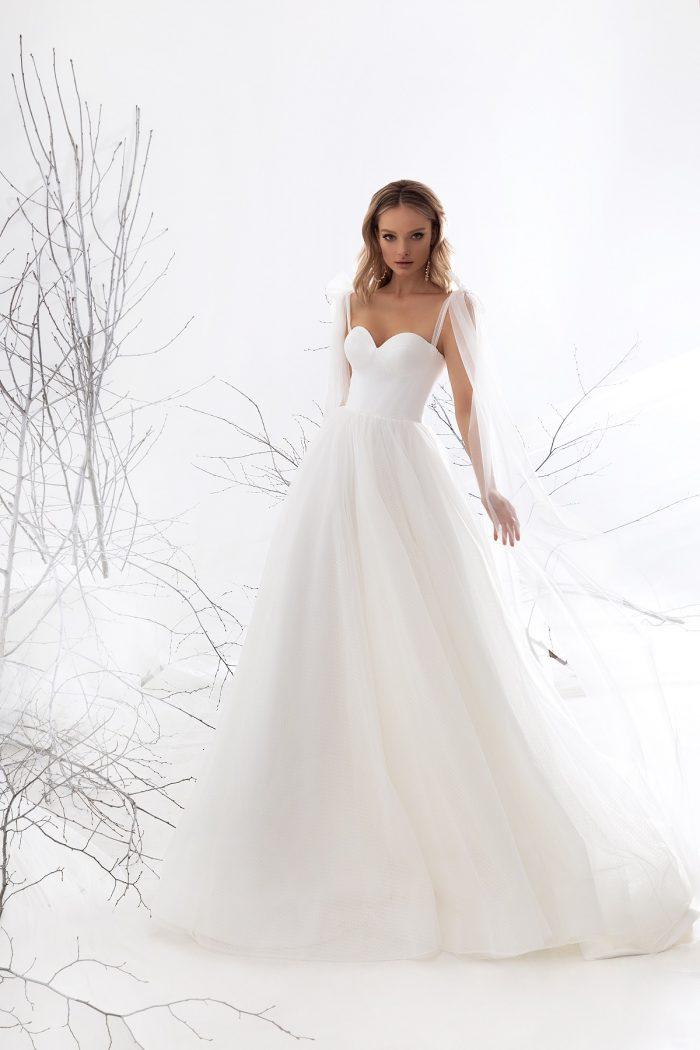 атласное платье с открытыми плечами