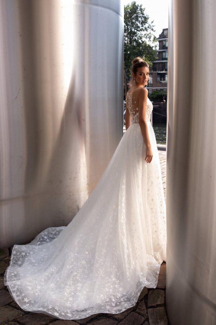 стильное свадебное платье с нежным кружевом Emilia