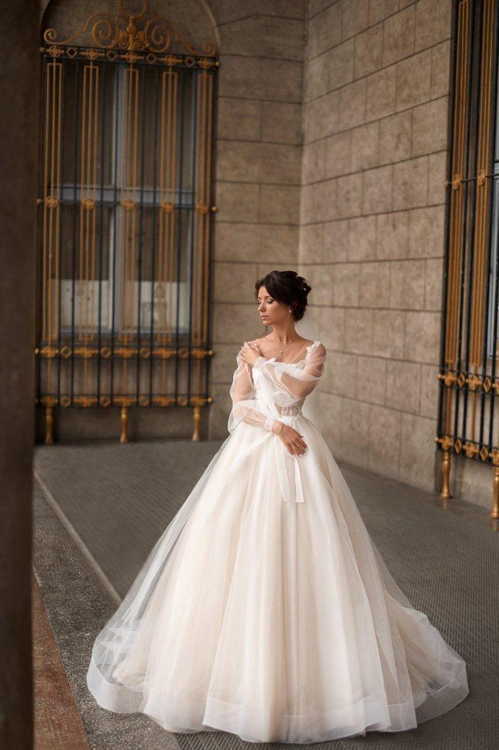 свадебное платье цвета нюд со шлейфом