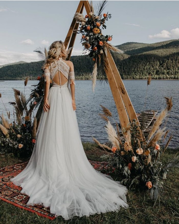 свадебное платье с нежным кружевом и красивой открытой спинкой