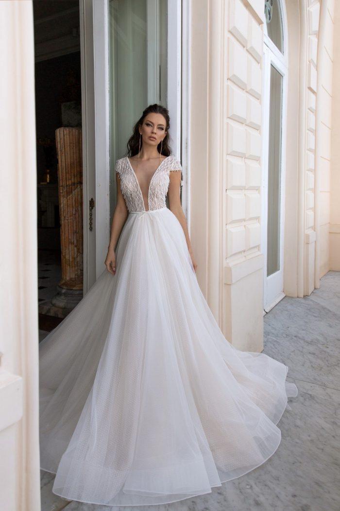 свадсвадебное платье кружевом и летящей юбкой