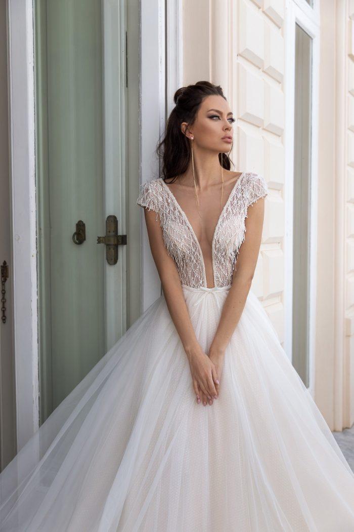 свадебное платье с вырезом по груди