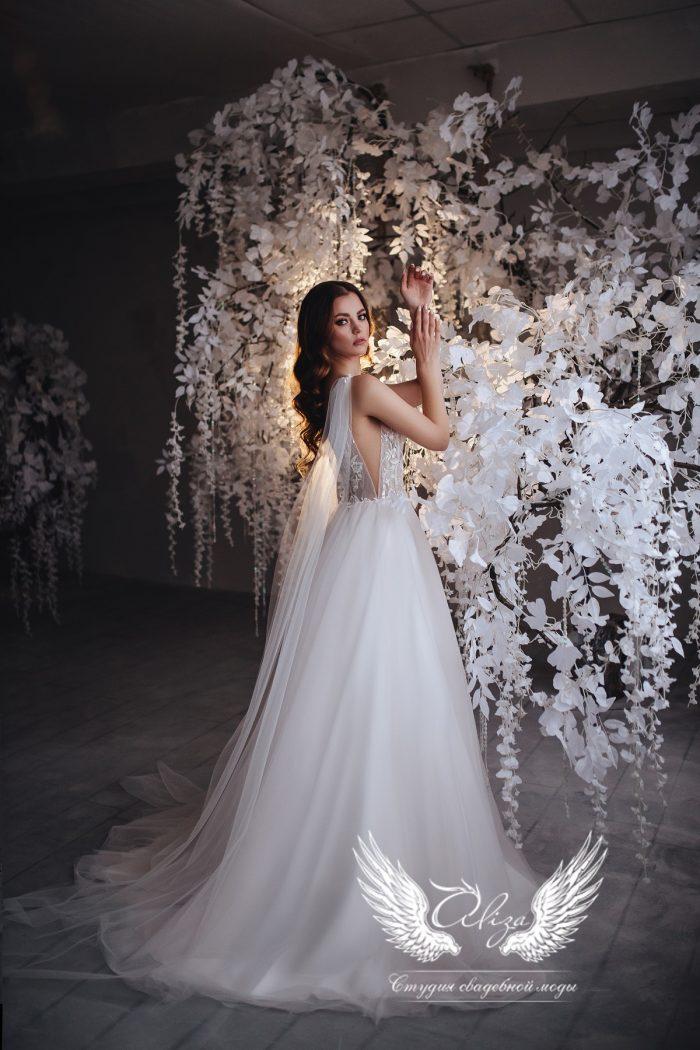 нежное пудровое свадебное платье с открытой спиной и крыльями