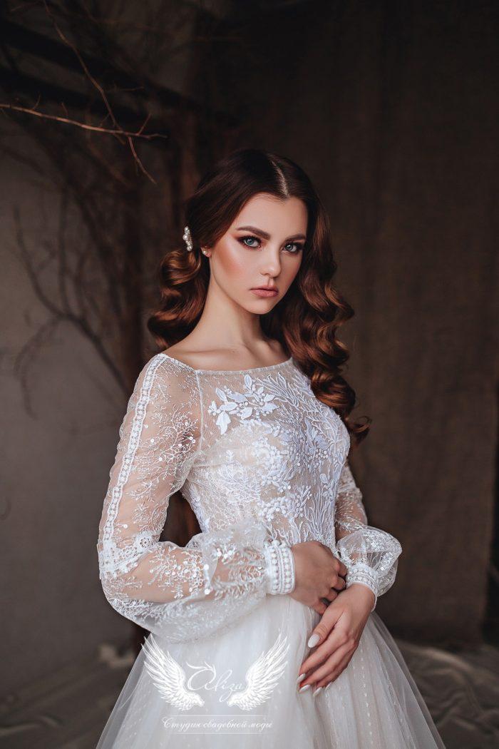 нежное свадебное платье с закрытым верхом и кружевными рукавами