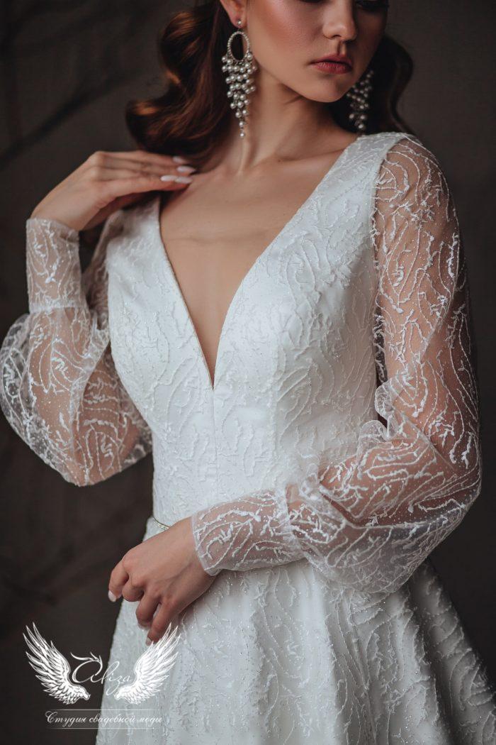 платье в в-образным вырезом и рукавами