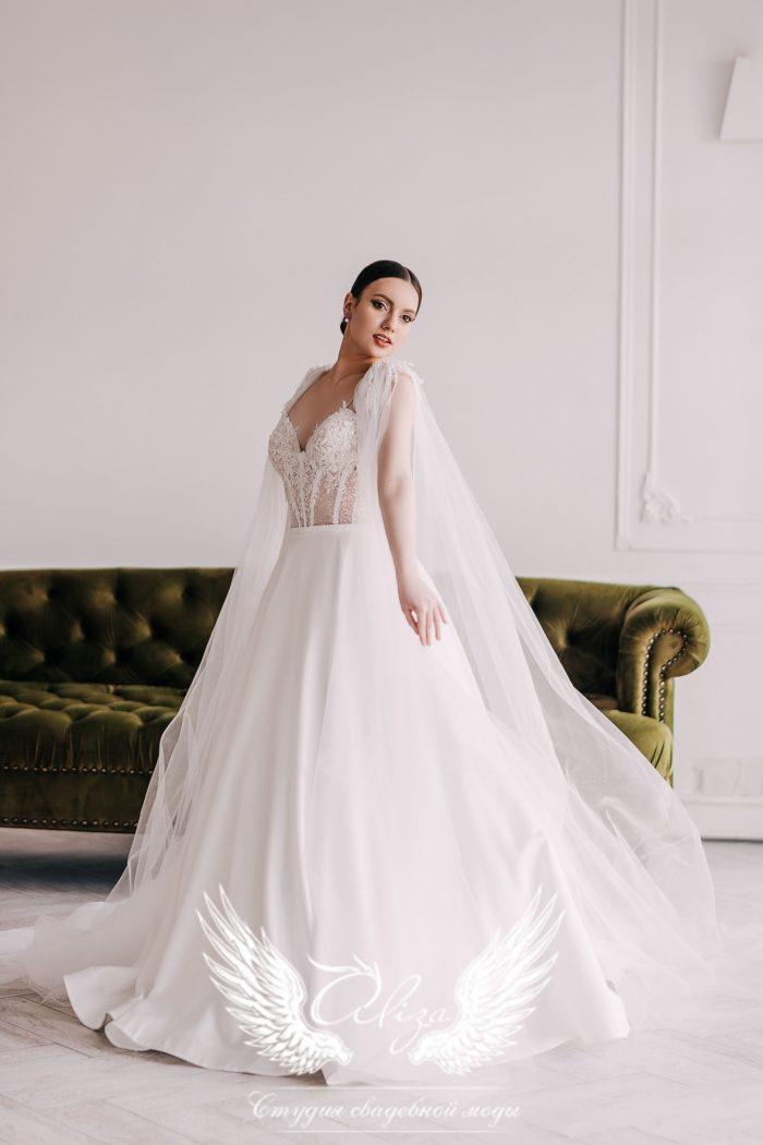 атласное свадебное платье с нежным кружевом