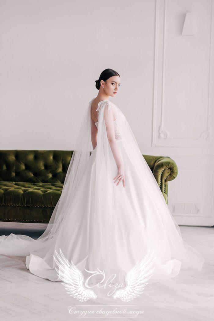 атласное свадебное платье с в образной открытой спинкой